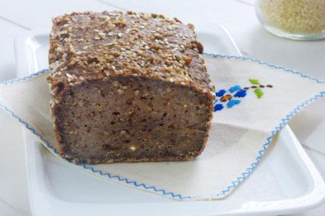 Pan de trigo sarraceno germinado y semillas de sésamo