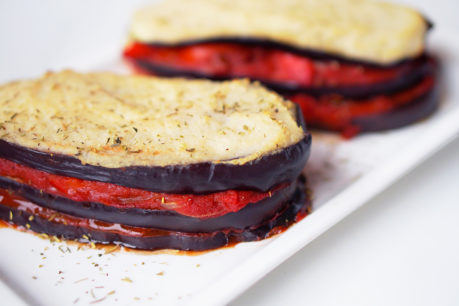 Pastel de berenjena y tomate gratinado con bechamel de coliflor